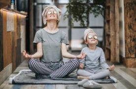 3 routines yoga pour réveiller vos enfants en douceur